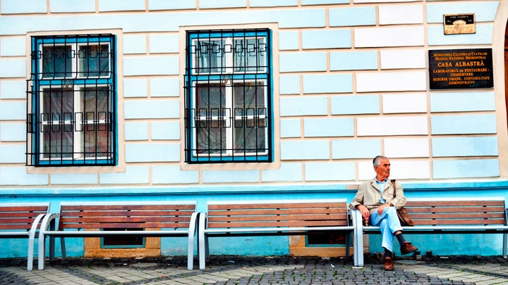 sibiu-sokak-adam-bank-romanya